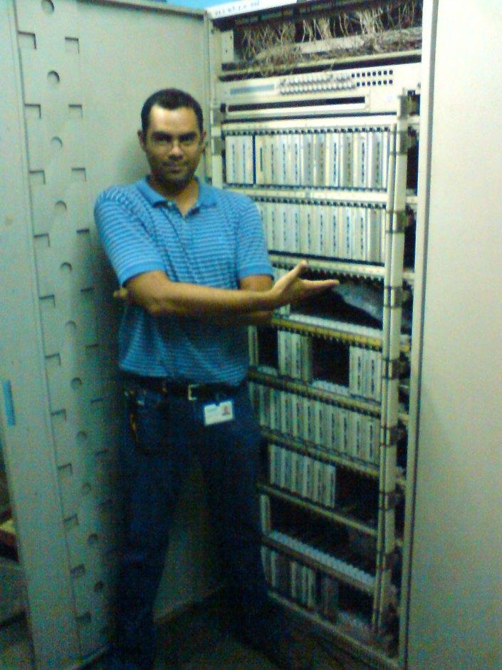 Aqui estoy yo(Emilio) travesiando una Central Telefonia Privada Electromecanica(esto es un dinosaurio extinto).